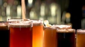 Colada en los vidrios de cerveza almacen de video