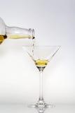 Colada en un vidrio de Martini Fotografía de archivo