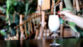 Colada exótico hermoso del pina del cóctel de la bebida en la barra almacen de metraje de vídeo