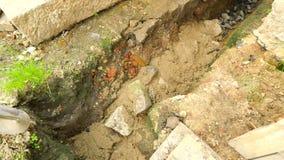 Colada, poniendo el hormigón en las fundaciones de la casa usando la pala del cemento y de las piedras Construyendo, trabajo conc almacen de video