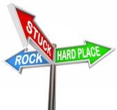 Colado entre sinais de estrada duros da seta do lugar 3 da rocha ilustração stock
