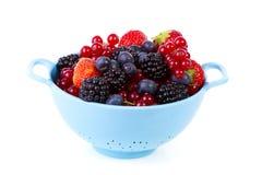 Colador azul con la fruta fresca sana sobre el fondo blanco Fotografía de archivo