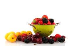 Colador con diversidad de la fruta Imagenes de archivo