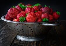 Colador con la fresa fresca fotos de archivo libres de regalías
