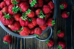 Colador con la fresa fresca y la fresa de mentira imagen de archivo