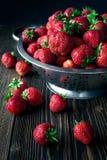 Colador con la fresa fresca y la fresa de mentira fotos de archivo