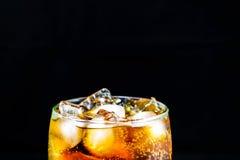 Colaexponeringsglas med is Royaltyfria Foton