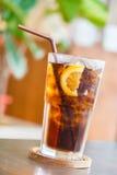 Colaexponeringsglas med citronen Royaltyfria Bilder