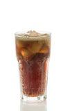 Colaexponeringsglas med iskuber på en vit bakgrund Arkivbild