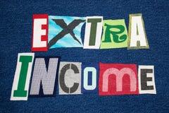 Colagem colorida na sarja de Nimes azul, convicção lateral da tela da palavra do texto da RENDA EXTRA imagem de stock royalty free