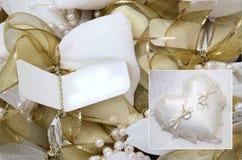 A colagem com duas alianças de casamento do ouro branco na almofada branca do laço e o ouro curvam-se Fotografia de Stock