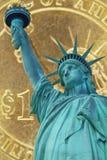 Colagem da estátua da liberdade e da uma moeda do dólar foto de stock royalty free