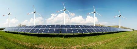 Colagem da foto dos pain?is solares e dos turbins do vento fotografia de stock royalty free