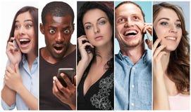 A colagem das imagens do grupo multi-étnico de homens novos e de mulheres felizes que usam seus telefones fotografia de stock