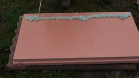 Colagem de espuma de pulverização do reparo no bloco cor-de-rosa do poliestireno para a isolação vídeos de arquivo