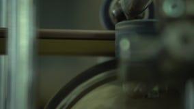 Colagem de uma película protetora em um soco O filme é colado Um fim acima em rolos do equipamento em uma colagem de um filme em  video estoque
