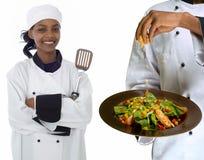 Colagem do cozinheiro chefe e do queijo polvilhar na salada foto de stock royalty free