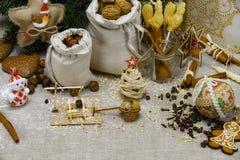 Colagem do Natal - sacos com porcas, doces de açúcar, abeto vermelho e modelos de madeira imagem de stock royalty free