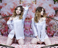 Colagem duas meninas 'sexy' Meninas louras bonitas na cama Fotos de Stock