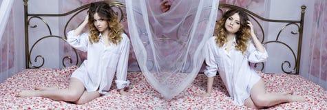 Colagem duas meninas 'sexy' Meninas louras bonitas na cama Imagens de Stock Royalty Free