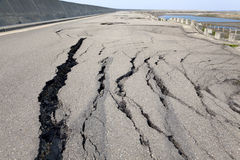 Colapso e estrada rachada foto de stock