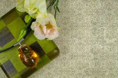 Colar ambarina amarela da coleção com flores brancas e a caixa de madeira verde, disposição com espaço do texto livre, fundo com  Fotografia de Stock