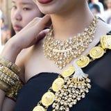 Colar, braceletes, faixa do ombro vestida por uma jovem mulher no festival fotos de stock