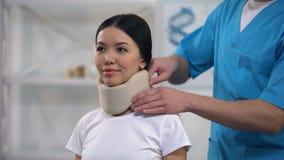 Colar cervical da espuma paciente fêmea feliz masculina da fixação do médico, reabilitação vídeos de arquivo