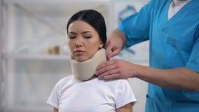 Colar cervical da espuma paciente fêmea triste masculina da fixação do ortopedista após o traumatismo video estoque