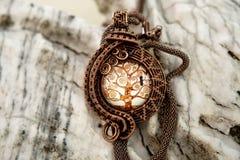 Colar de cobre da joia do vintage no fundo de pedra, feito à mão Imagens de Stock Royalty Free