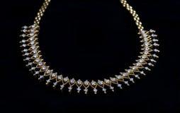 Colar de diamante bonita no preto Fotografia de Stock Royalty Free