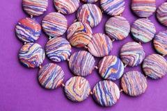Colar de grânulos de pedra coloridos Fotos de Stock Royalty Free
