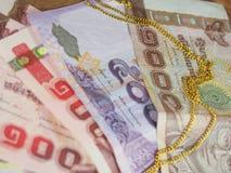 Colar do ouro com dinheiro tailandês das cédulas Fotografia de Stock