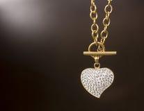 Colar do ouro com um coração Fotos de Stock