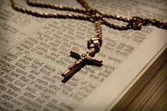 Colar e a Bíblia transversais Foto de Stock Royalty Free