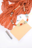 Colar e brincos de pedras naturais em um fundo branco com batom vermelho do envelope do lenço Imagens de Stock
