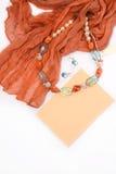 Colar e brincos de pedras naturais em um fundo branco com o envelope vermelho do lenço Fotos de Stock