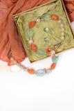 Colar e brincos de pedras naturais em um fundo branco na caixa com lenço vermelho Imagens de Stock Royalty Free