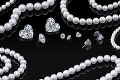 Colar e joia brancas ajustadas da pérola do luxo com os diamantes nos brincos em um fundo preto com reflexão lustrosa Foto de Stock Royalty Free