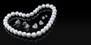 Colar e joia brancas ajustadas da pérola do luxo com os diamantes nos brincos em um fundo preto com reflexão lustrosa Fotos de Stock