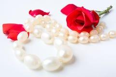Colar e rosas Fotografia de Stock Royalty Free