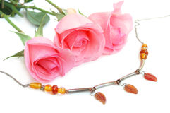Colar e rosas cor-de-rosa Fotos de Stock