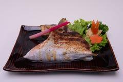 Colar grelhado Shio-Yaki das savelhas, Buri Kama, alimento japonês tradicional isolado no fundo branco Foto de Stock
