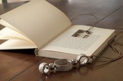 Colar literária de Ecojewelry dos livros velhos Fotos de Stock
