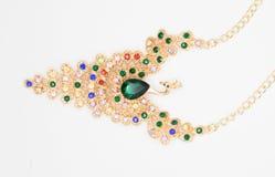 Colar preciosa sob a forma de um pássaro com as pedras verdes e coloridas bonitas o conceito do estilo da forma Imagens de Stock