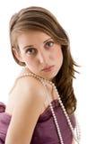 Colar vestindo da pérola da mulher Fotos de Stock Royalty Free