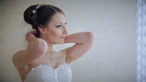 Colar vestindo do casamento da noiva bonita video estoque