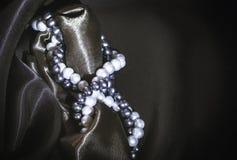 Colares da pérola natural no fundo de seda escuro Fotos de Stock Royalty Free
