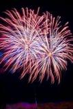 Colas blancas azules rojas de la celebración de los fuegos artificiales del fuego artificial Imagen de archivo
