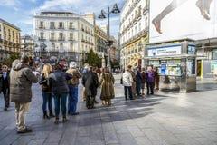Colas de administración del tráfico típicas de la Navidad para comprar lotería nacional Foto de archivo libre de regalías